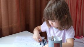 La niña con una mirada inteligente dibuja garrapatos metrajes