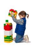 La niña construye una torre Imagenes de archivo