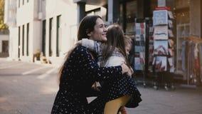 La niña corre de cámara para encontrar a su familia El niño femenino abraza su mamá y hermano Felicidad idílica de la familia 4K almacen de video