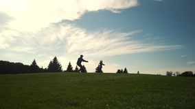 La niña corre en los brazos de su padre del soldado almacen de metraje de vídeo