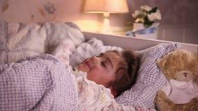La niña da bostezo en su cama metrajes