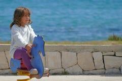 La niña de 3-4 años juega feliz en un patio fotografía de archivo