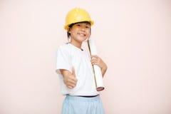 La niña de la sonrisa como sueño del ingeniero del arquitecto a las demostraciones futuras va imagen de archivo