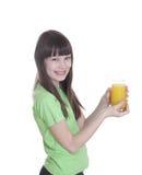 La niña de la sonrisa con el zumo de naranja Fotos de archivo libres de regalías