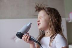 La niña del bebé el cabello seco, hermanas que toman el cuidado de sí mismo, th Foto de archivo libre de regalías