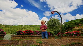 La niña del primer agita la mano al tren turístico en parque almacen de video
