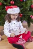 La niña detiene a Santa Letter Envelope Fotografía de archivo libre de regalías