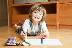 La niña dibuja Imagenes de archivo