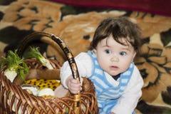 La niña disfruta en la cesta festiva foto de archivo