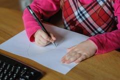 La niña drena un cuadro Fotografía de archivo libre de regalías