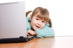 La niña en el ordenador Imágenes de archivo libres de regalías