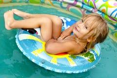 La niña en piscina Fotografía de archivo libre de regalías