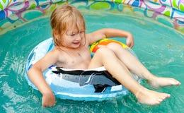 La niña en piscina Fotografía de archivo