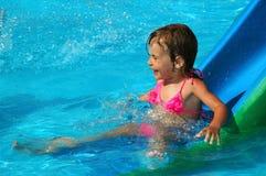 La niña en piscina de agua Fotografía de archivo libre de regalías