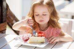La niña en un café del verano Fotografía de archivo libre de regalías