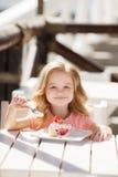 La niña en un café del verano Foto de archivo libre de regalías