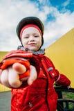 La niña en un casco señala el finger fotografía de archivo libre de regalías
