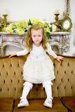 La niña en un sofá Fotografía de archivo libre de regalías