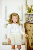 La niña en un sofá Foto de archivo