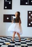 la niña en una alineada baila El concepto de niñez y de vida Fotografía de archivo