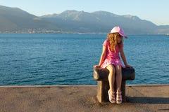 La niña en una alineada rosada imagenes de archivo