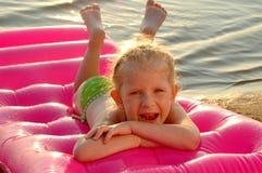 La niña en una playa Fotografía de archivo libre de regalías
