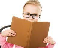 La niña en vidrios con un libro Imagen de archivo libre de regalías