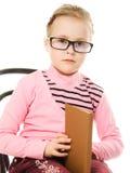 La niña en vidrios con un libro Fotos de archivo libres de regalías