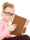 La niña en vidrios con un libro Fotografía de archivo
