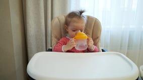 La niña es agua potable metrajes
