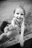 La niña es feliz y el jugar fotografía de archivo