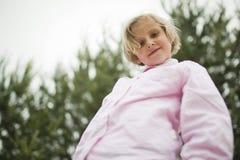 La niña es feliz y el jugar imagen de archivo libre de regalías