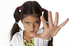 La niña es hace un gesto de la parada con su mano imagen de archivo libre de regalías
