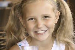 La niña es leche de consumo fotografía de archivo libre de regalías