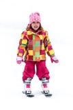 La niña está aprendiendo esquiar en estación de esquí Fotografía de archivo