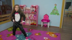 La niña está bailando almacen de metraje de vídeo