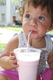 La niña está bebiendo un cóctel del tubo. Imágenes de archivo libres de regalías