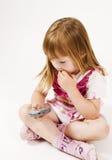 La niña está empollando Fotografía de archivo libre de regalías