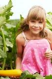La niña está en el jardín Imagenes de archivo