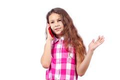 La niña está hablando en el teléfono fotografía de archivo