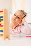 La niña está haciendo la preparación Fotos de archivo libres de regalías