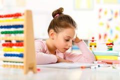 La niña está haciendo la preparación Foto de archivo libre de regalías