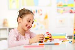 La niña está haciendo la preparación Imagen de archivo libre de regalías