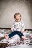 La niña está jugando con las bolas de la espuma Imágenes de archivo libres de regalías