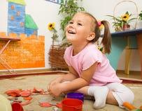 La niña está jugando en pre-entrenamiento imagen de archivo libre de regalías