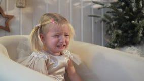 La niña está llorando La muchacha tiene un vestido elegante almacen de video