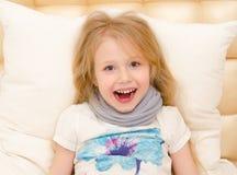 La niña está sintiendo bien del tratamiento médico Fotos de archivo
