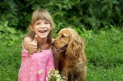 La niña está sonriendo y sumbup Foto de archivo libre de regalías