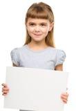 La niña está sosteniendo la bandera en blanco imagen de archivo