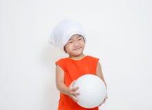 La niña está sosteniendo la bola foto de archivo